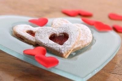 8771248-shortbread-corazones-y-confeti-de-corazon-en-un-plato